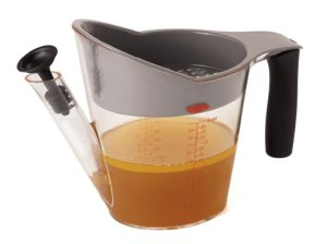 The position of the spout allows you to pour the juices from the pitcher, effectively separating the fat.